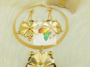 Bazar de bijoux, montre collier , bracelets.